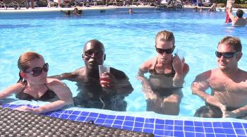 BluBay Grand Esmeralda piscina turistas