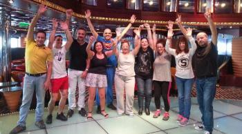 Grupo de singles bailando