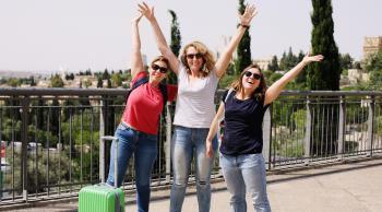 mujeres maleta verde