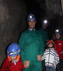 Padre con niños en Cueva